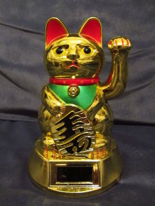 Solar-power Maneki-neko with continuous moving arm